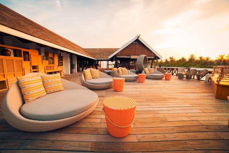 Роскошные бассейн и шезлонг на курорте с красивым видом на море стоковое изображение rf