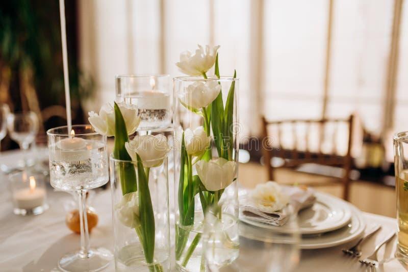 Роскошные блюда славная служа таблица в ресторане r стоковые изображения rf