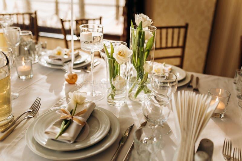 Роскошные блюда славная служа таблица в ресторане r стоковое фото