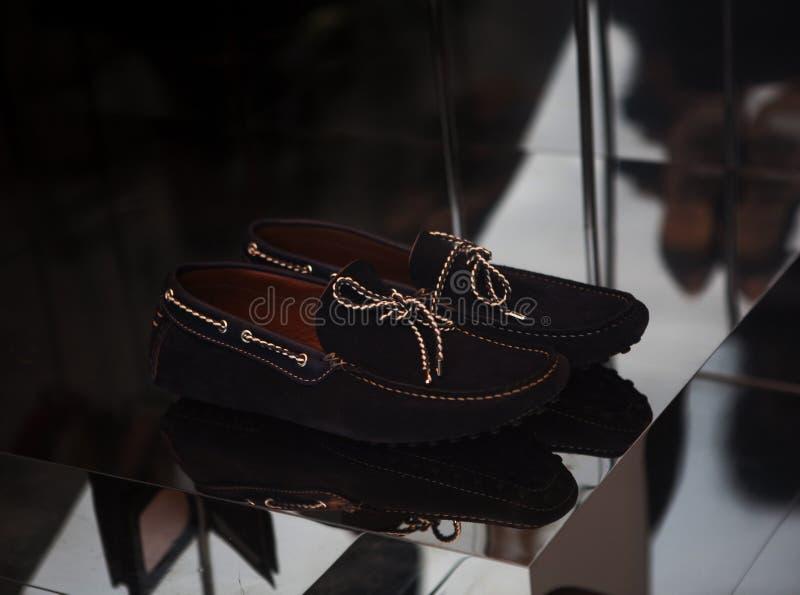Роскошные ботинки ` s человека в окне магазина стоковое фото