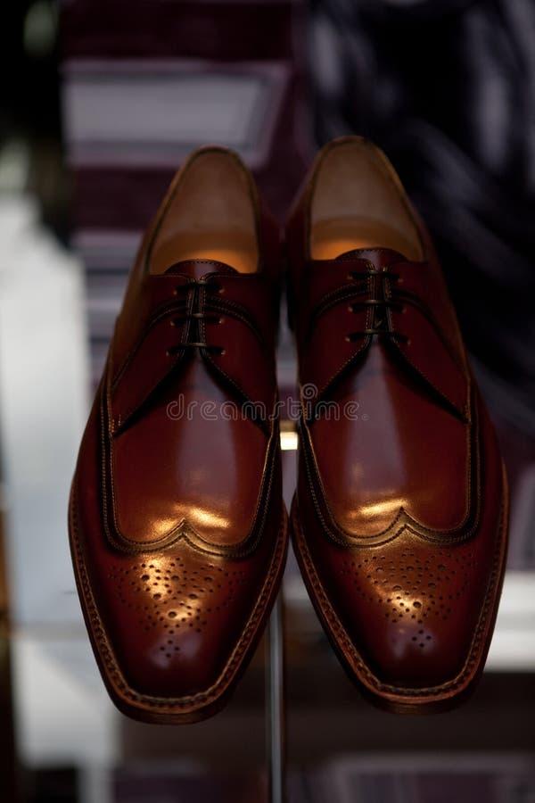 Роскошные ботинки ` s человека в окне магазина стоковое фото rf