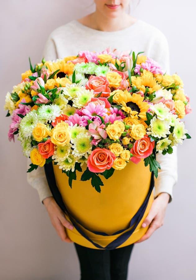 Роскошные букеты смешанных цветков в коробке шляпы розы в женщинах рук стоковые изображения rf