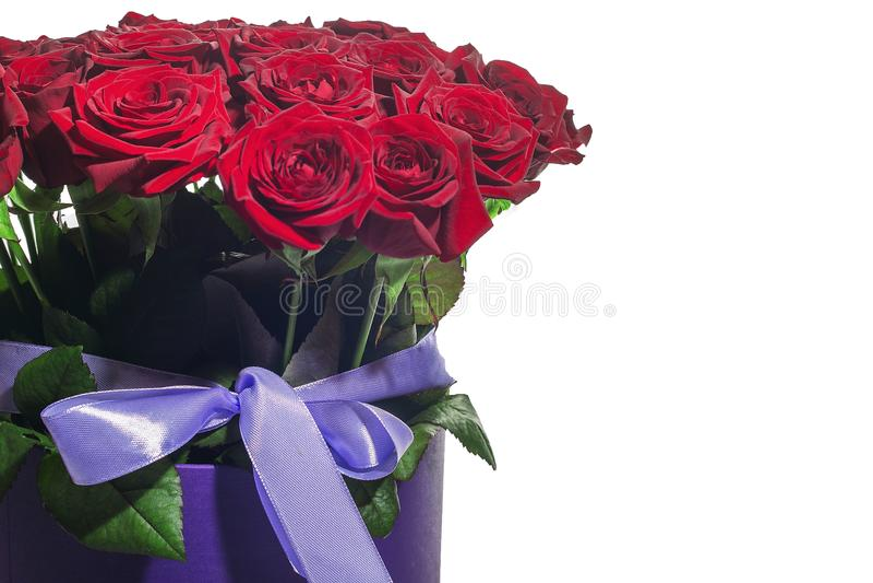 Роскошные букеты цветков в коробке шляпы с космосом экземпляра предпосылка изолята роз белая стоковые изображения