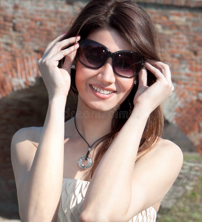 роскошные детеныши женщины солнечных очков стоковое изображение rf