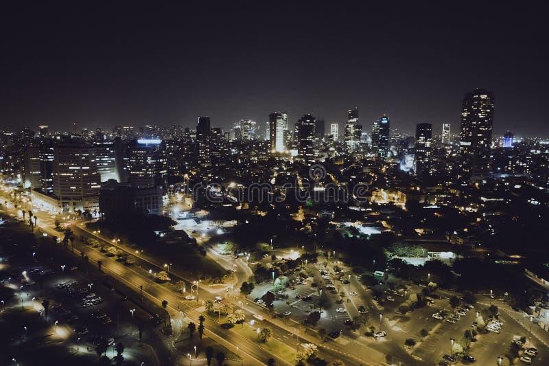 Роскошные здания в небоскребах Тель-Авив роскошных жилых в Тель-Авив Взгляд сверху дороги в городе ночи ночная жизнь  стоковые изображения rf