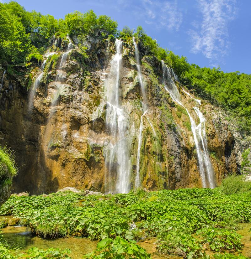 Роскошные и суматошные водопады озер Plitvice, Хорватии стоковые изображения rf