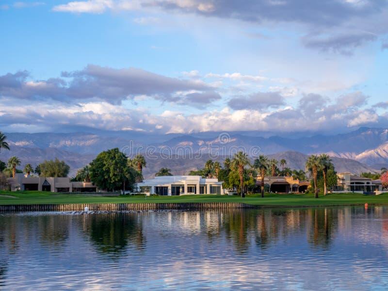 Роскошные дома вдоль поля для гольфа в Palm Desert стоковое фото rf