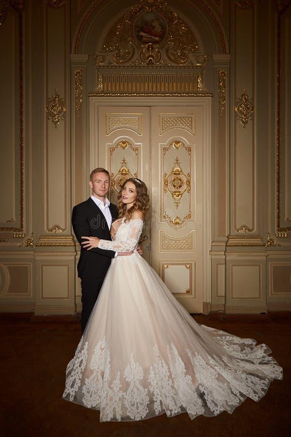 Роскошные пары свадьбы в влюбленности Красивая невеста в белом платье с букетом невест и красивом groom в черном костюме стоковое изображение