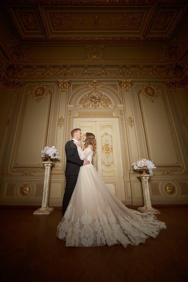 Роскошные пары свадьбы в влюбленности Красивая невеста в белом платье с букетом невест и красивом groom в черном костюме стоковые фото