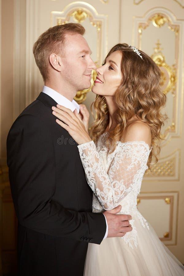 Роскошные пары свадьбы в влюбленности Красивая невеста в белом платье с букетом невест и красивом groom в черном костюме стоковое фото
