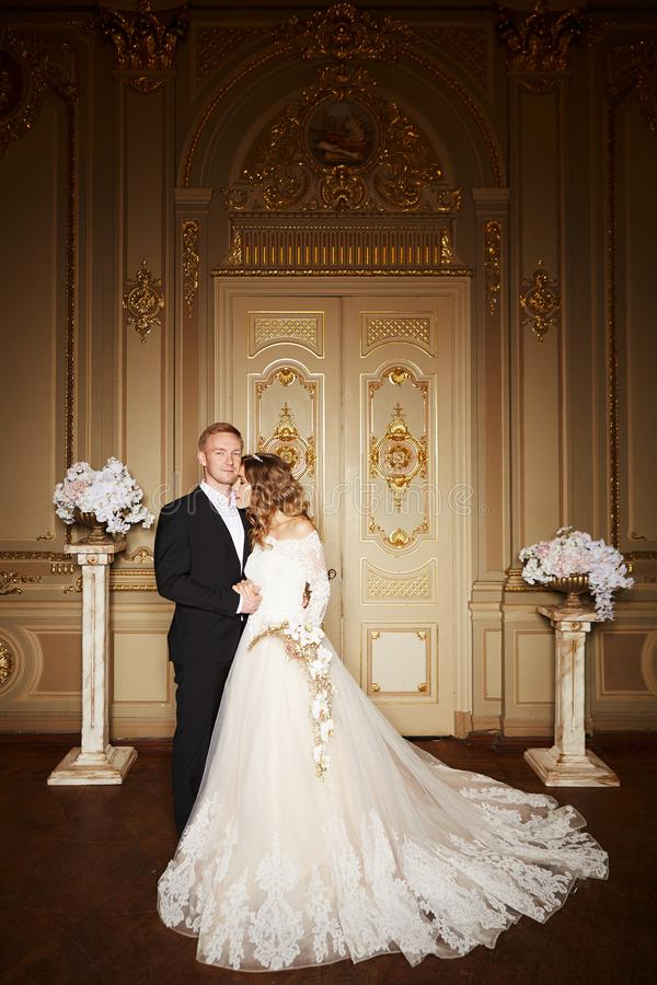 Роскошные пары свадьбы в влюбленности Красивая невеста в белом платье с букетом невест и красивом groom в черном костюме стоковые фотографии rf