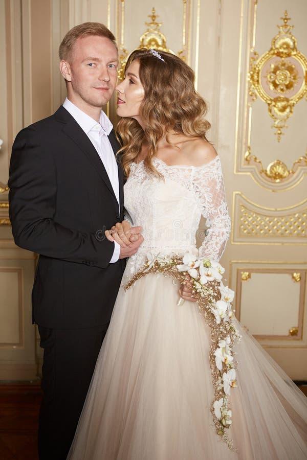 Роскошные пары свадьбы в влюбленности Красивая невеста в белом платье с букетом невест и красивом groom в черном костюме стоковые изображения rf