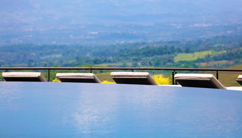 Роскошные пейзажный бассейн и кресла для отдыха на костариканском наградном poolside гостиницы перемещения стоковые изображения rf