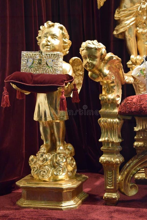 Роскошные позолоченные орнаментальные статуи стоковая фотография