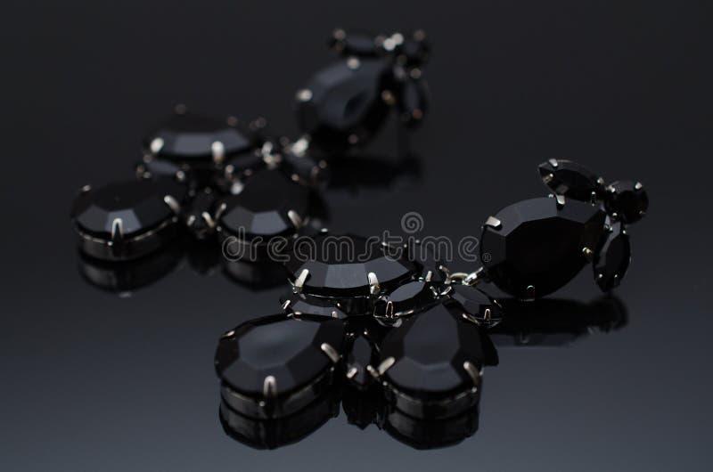 Роскошные серьги моды на черной предпосылке стоковые фото