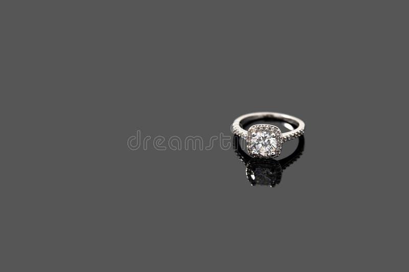 Роскошные украшения Кольцо белого золота или серебра изолированное на серой предпосылке Селективный фокус стоковые изображения