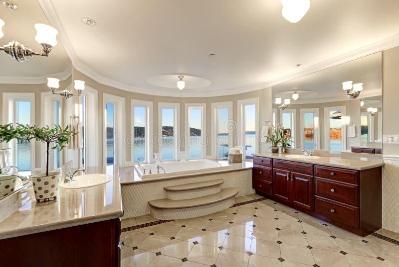 Роскошные хвастовства мастерской ванны выпустили струю ушат стоковые фото