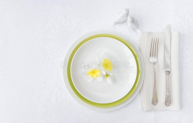 Роскошные цветки фарфора, silverware и весны стоковое фото