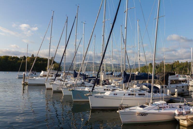 Роскошные яхты ветрила причалили вдоль пристани внутри Bowness-на-Windermere стоковое изображение