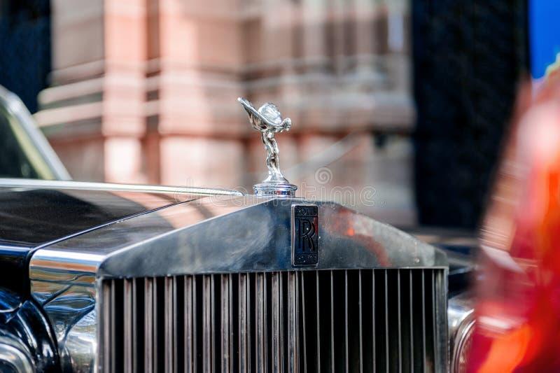 Роскошный автомобиль лимузина Rolls Royce винтажный в городе стоковое фото rf