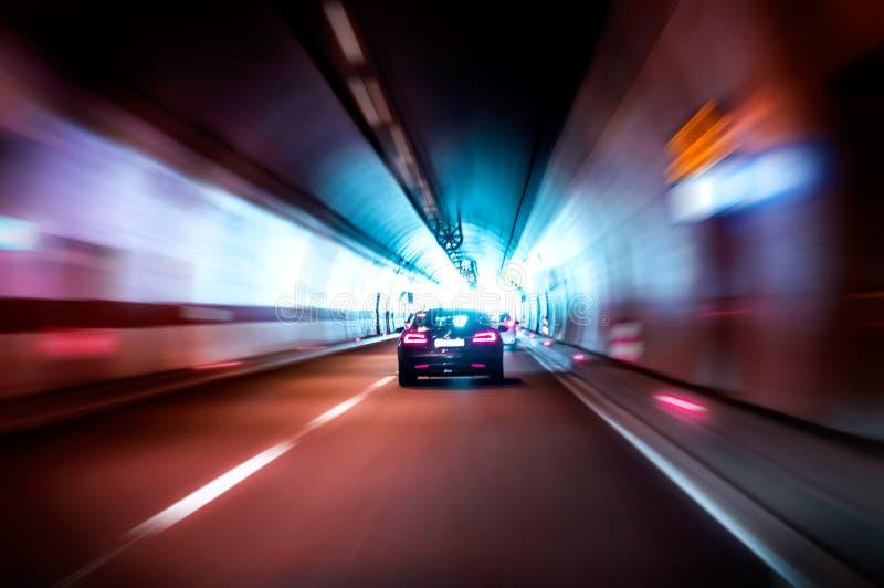 Роскошный автомобиль едет быстро в темном тоннеле стоковая фотография rf