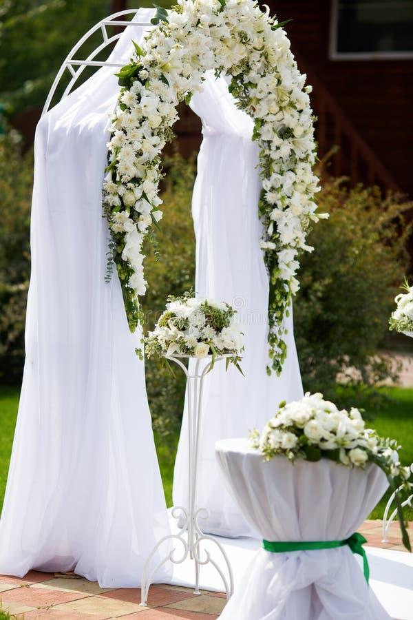 Роскошный алтар свадьбы украшенный с белыми розами стоковое фото