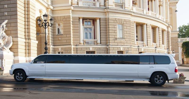 Роскошный белый лимузин стоковые фото