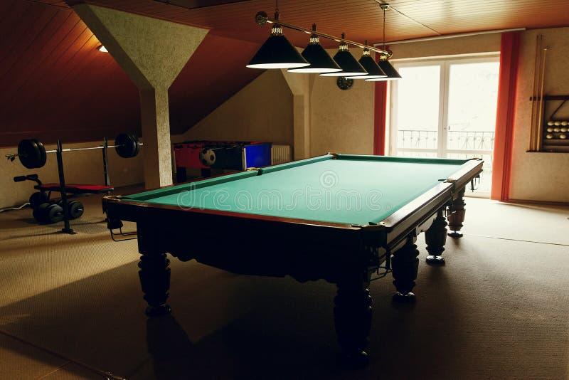 Роскошный бильярдный стол на комнате отдыха в центре реабилитации внутри стоковая фотография rf