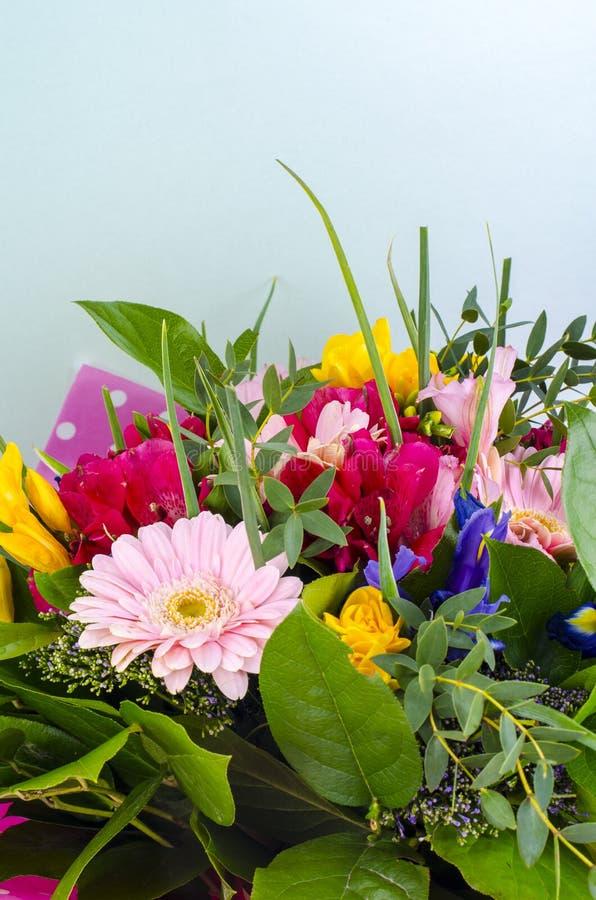 Роскошный букет свежих цветков на предпосылке мяты стоковое фото rf