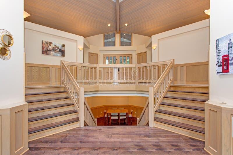 Роскошный домашний интерьер с двойной, который встали на сторону лестницей стоковые изображения rf