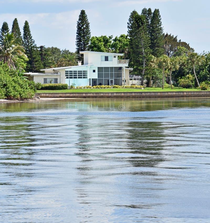 Роскошный дом на воде стоковое фото