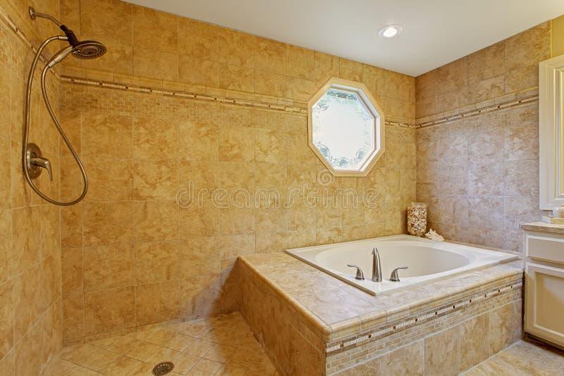 Роскошный интерьер ванной комнаты с отделкой плитки стоковое фото rf