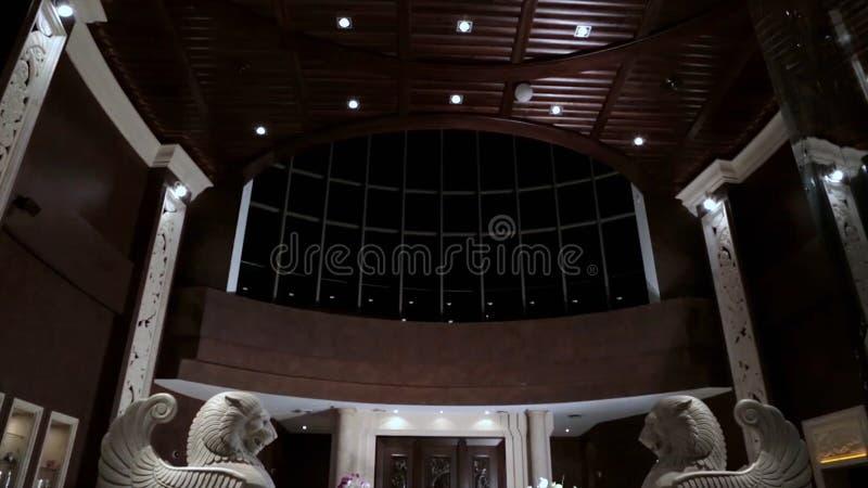 Роскошный интерьер лобби с статуями прием гостиницы с статуями Роскошный интерьер лобби Интерьер лобби гостиницы роскошь стоковая фотография rf