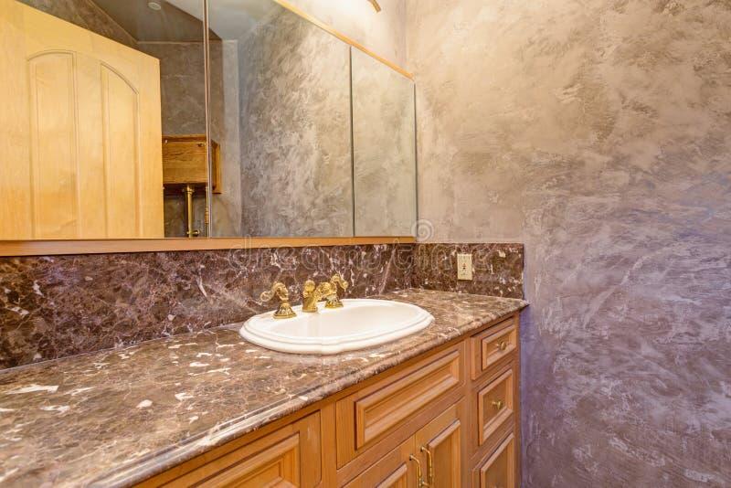 Роскошный интерьер особняка отличает новой ванной комнатой стоковое фото