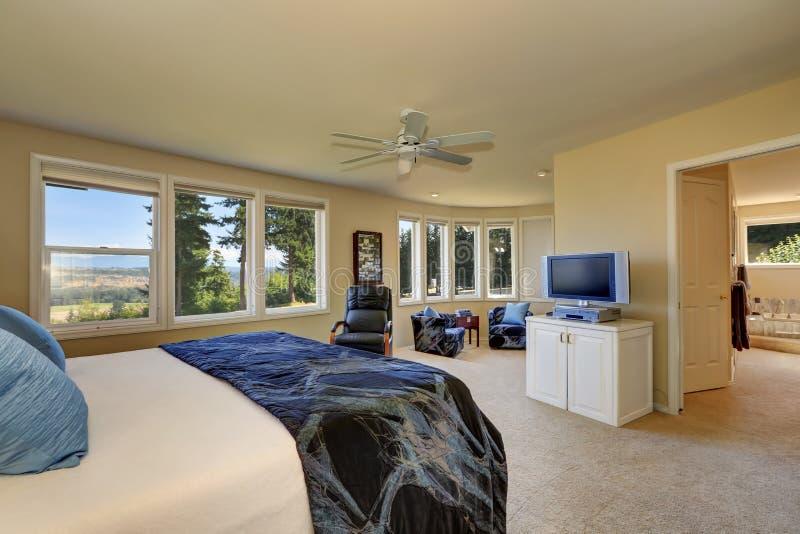 Роскошный интерьер спальни в сметанообразных тонах стоковые изображения