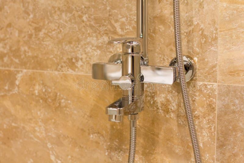 Роскошный домашний ливень ванной комнаты в доме стоковые изображения rf