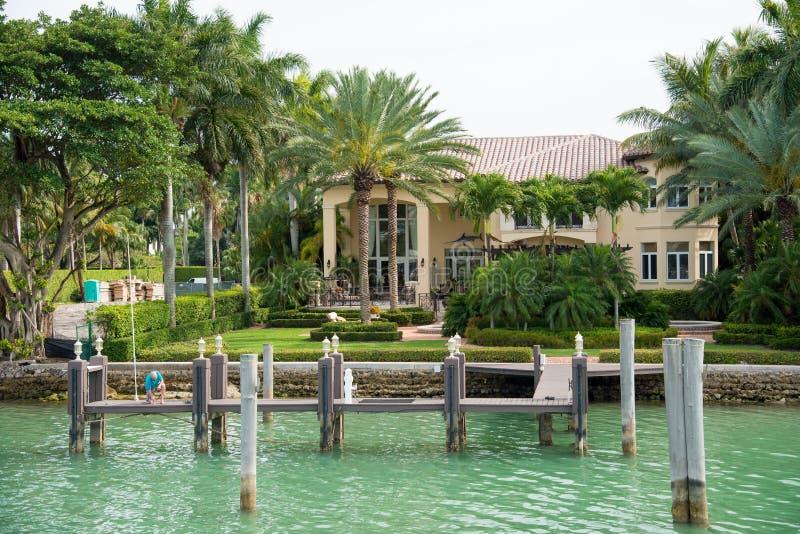 Download Роскошный особняк на острове звезды в Майами Стоковое Фото - изображение насчитывающей известно, америка: 41659490