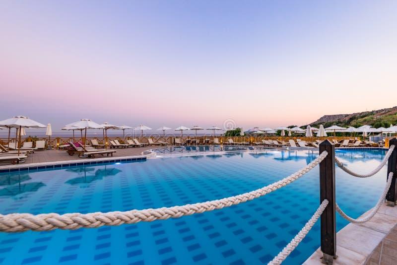 Роскошный плавательный бассейн на рассвете в отеле Resort, Родес, Греция стоковые изображения rf