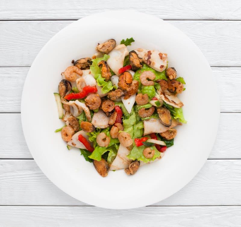 Роскошный салат морепродуктов с свежими овощами стоковое изображение