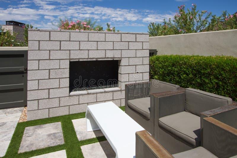 Роскошный фонтан открытого сада дома особняка стоковое изображение rf