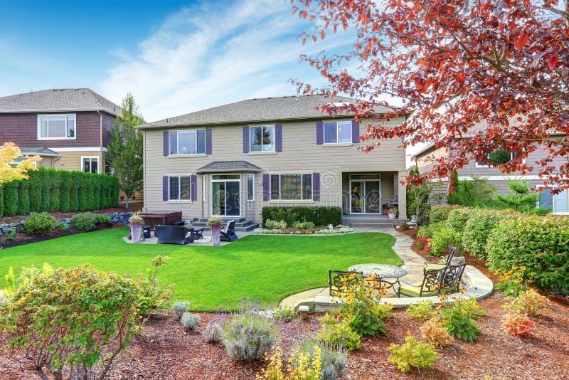 Роскошный экстерьер дома с впечатляющим дизайном ландшафта задворк стоковое изображение