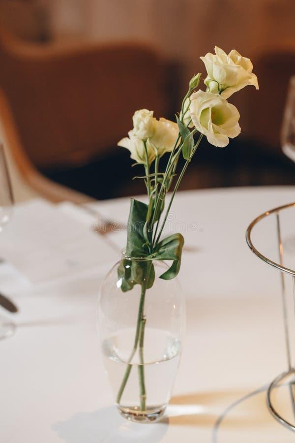 Роскошный элегантный обедающий сервировки стола в tableware ресторана стоковое фото