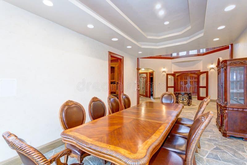 Роскошный яркий дизайн интерьера столовой особняка стоковое изображение