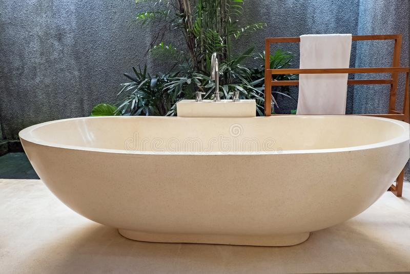 Роскошный bathroom с каменной концепцией ванны и открытого пространства в современном доме стоковые изображения rf