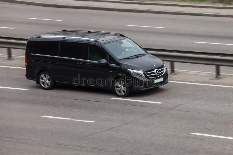 Роскошный Benz Viano Мерседес черноты автомобиля быстро проходя на пустом шоссе стоковые изображения