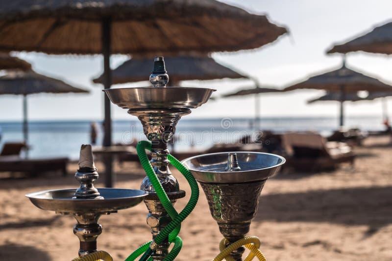 3 роскошных кальяна shisha на песчаном пляже Красного Моря в Sharm El Sheikh, Египте Конец-вверх стоковые фото
