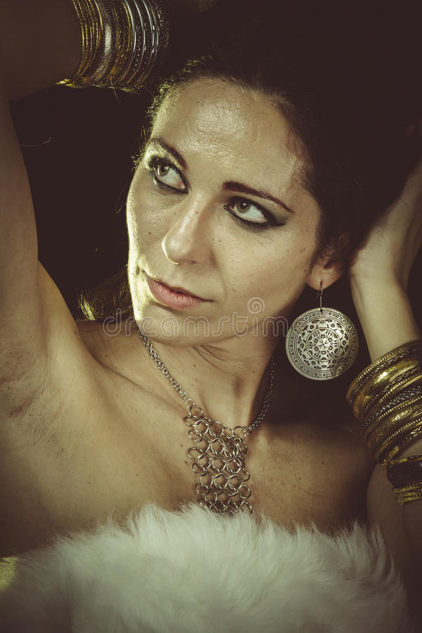 Роскошь, мех женщины брюнет нося белые и ювелирные изделия золота стоковое фото