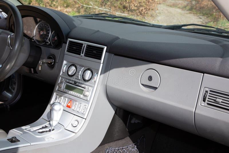 Роскошь современной приборной панели автомобиля внутренняя внутри арены стоковая фотография rf