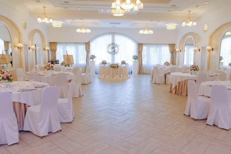 Роскошь украсила залу замужества с гостями и таблицами новобрачных стоковое фото