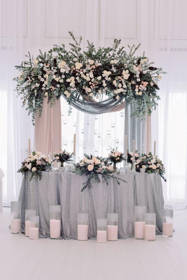 Роскошь украсила таблицу новобрачных замужества стоковая фотография
